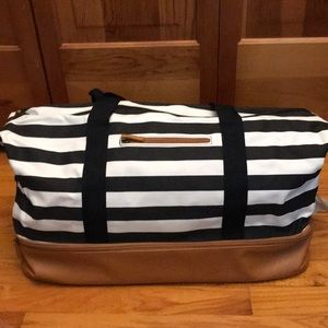 DSW weekend Tote w/ bottom shoe compartment
